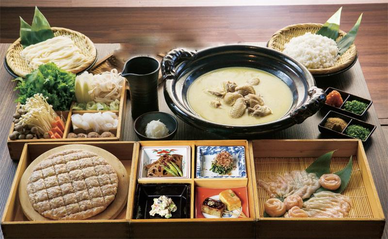 「水炊き鍋特別コース(2人前~) 1,400B/人」などコース料理も提供