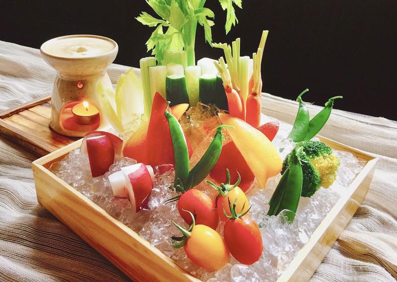 色とりどりの新鮮な野菜をたっぷり使った「スティックサラダ バーニャカウダソース(390B)」は男女問わず好評