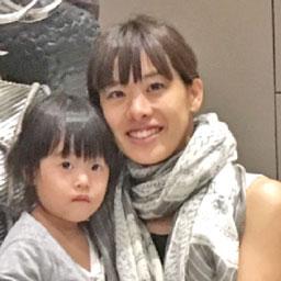 """小田 恵さん """" 第2子をサミティヴェート病院で出産しました。決め手は、流産を経験した時の手厚いケアと、自然(普通)分娩に理解があり、母乳育児を推進していたこと。担当の先生は「陣痛が始まったらすぐに連絡を」と携帯の番号まで渡してくれ、分娩時には三人の助産師さんが付き、陣痛がピークのときまで麻酔(無痛)が必要ないか気遣ってくれました。  出産の瞬間は、家族も同室に。1人きりで痛みに耐えていた日本の出産とは、まったく別の状況でした。産後の回復も驚くほど早く、同院で出産できて本当によかったです。"""""""