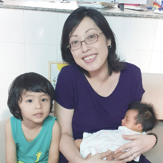 絢日さん、絢仁くん、晴日ちゃん(第一子・ 第二子) 2019年2月、第2子出産のため入院しました。日本で帝王切開をすると後が大変と聞きますが、タイは帝王切開率が高く、先生も慣れているため、とても上手だと思います。もちろん痛み止めが効いていることもありますが、出産翌日には歩くことができ、傷跡も綺麗です。さらにお世話をしてくれる専門の看護師さんが多いのも特徴ではないでしょうか。看護師さんは出産前の体をサポートしてくれたり、出産直後には体を拭いて、ふらついている際のトイレにまで付き添ってくれます。細かなところまで気にかけてくれるのは本当に心強いですね。  タイで出産する方へのアドバイスとしては、「こんなこと言ったら迷惑かな」と思い後悔するより、先生に相談してください。希望を聞いてもらえることも多いので、納得して出産に臨めます。 会話が日本語でなくとも不安にならない方には、タイでの出産もオススメです。