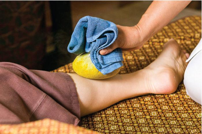 「ユーファイ」とは、タイで昔から親しまれている伝統的なハーブ療法のこと。 生命力溢れる天然ハーブのチカラと温熱パワーを活用し、産後の肥立ちを整え、女性の身体が元の健やかな状態に戻ろうとするのをサポートしてくれます。 病院や伝統療法を行うクリニックで施術を受けられる他、外出できないママのための出張ホームケアも活用することができます。