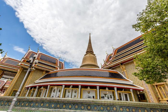 Wat Ratchabophit 20年以上の歳月を費やし、1869年にラマ5世によって建立された由緒正しき寺院。建物の多くに大理石を使用していることから「大理石寺院」とも呼ばれ、本堂内の装飾にはゴシック様式を採用。西洋文化を取り入れたラマ5世の美意識が随所に垣間見られます。