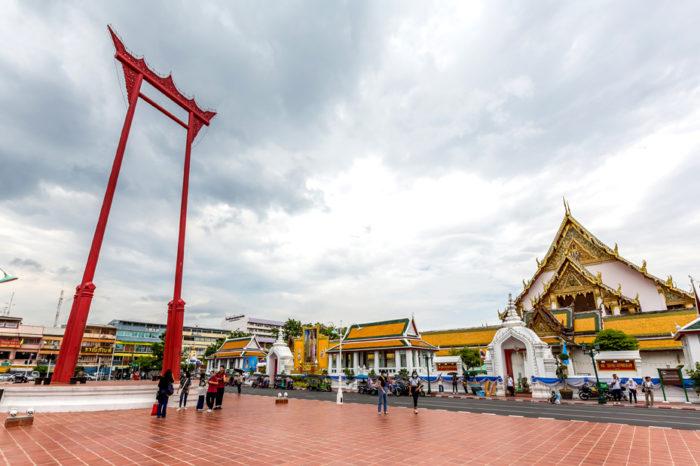 Wat Suthat 寺院前に据えられた、高さ20mの巨大ブランコ「サオ・チン・チャー」が目印。19世紀のはじめ、ラマ1世の時代に建立され、バンコクで最も美しいと賞されるスコータイ時代の仏像「シーサカヤムニー」が鎮座しています。