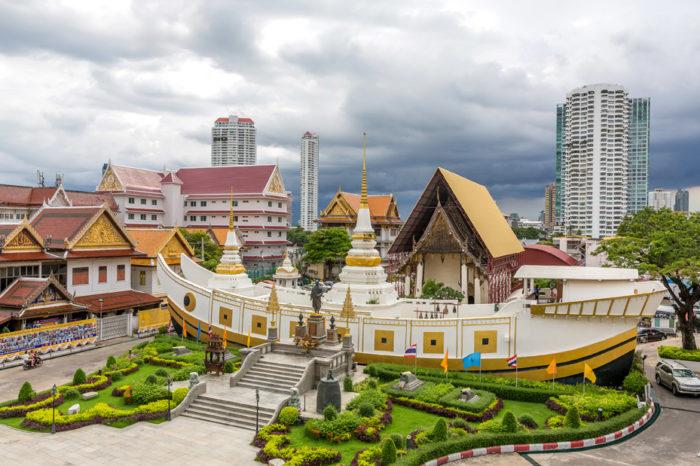 Wat Yannawa BTSサパーンタクシン駅から徒歩3分。アユタヤ時代に建造され、バンコクで唯一の船を模った寺院です。これは時のラマ3世の「ジャンク船(貿易船)の文化を次世代に継承したい」との思いから建てられたものだとか。観光客が少なく、記念撮影もオススメです。