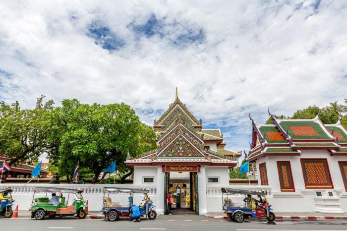 Wat Bowonniwet ラマ4世が興したタマユットニカーイ派の総本山。ラマ5世から現国王の10世に至るまで歴代の王たちがこの寺院で出家修行をするなど、チャクリー王朝縁の寺院の一つとして知られています。タイと中国、そしてヨーロッパの芸術を集約した装飾にも注目。