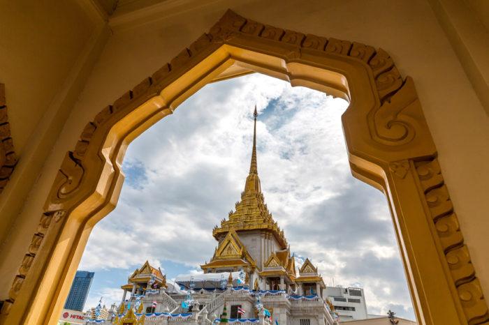 Wat Traimit MRTフアランポーン駅から徒歩5分、中華街の一角にある寺院。本堂に鎮座する仏像は総重量5.5トンもの金で鋳造され、「世界最大の黄金仏」としてギネスブックに登録されています。もとは漆喰で覆われていたものの、寺院の工事中に落下して漆喰が割れたことから発見されたものなのだとか。