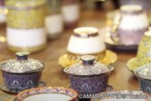 """サンスクリット語で""""5つの色""""を意味し、中部サムットサーコーン県やサムットソンクラーム県などで生産される「ベンジャロン焼き」。"""
