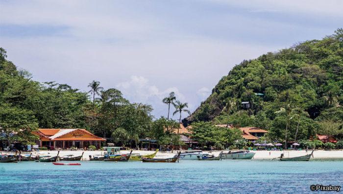 """外国人ビジネスマンの入国規制が緩和され、世界の国々との""""ソーシャル・ディスタンス""""が徐々に縮まりつつある。となれば旅行業が国内総生産(GDP)の2割を占める観光立国だけに、次は一にも二にも経済を潤す訪タイ旅行者を迎え入れたいところ。"""