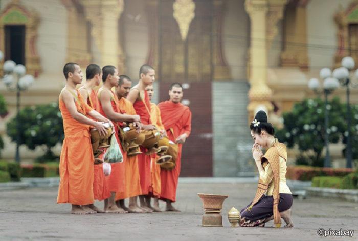 「おはよう」「こんにちは」「さようなら」。こうした日常の挨拶として広く使われる「サワディー」ですが、実はタイ語ではなく、1930年代に生まれた造語の一つ。