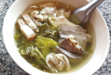 半世紀続く老舗店中華風豚のモツスープ