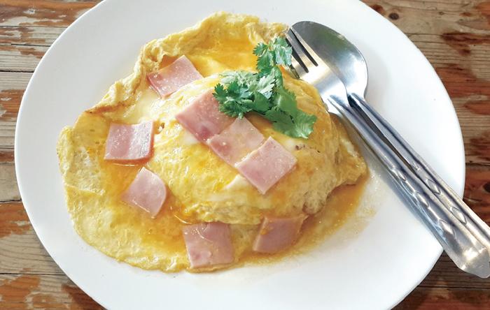 ハムの半熟卵焼きのせたご飯 ・・・50B
