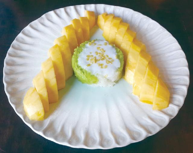 マンゴーともち米のお菓子 ・・・150B ※英語表記メニューもあります