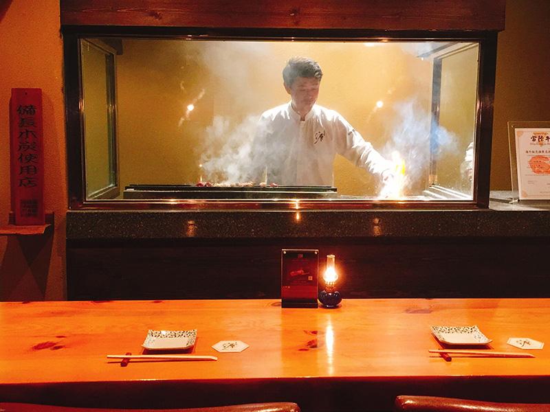 カウンターの向こう側にある焼き場で職人は、食材の声に静かに耳を傾ける