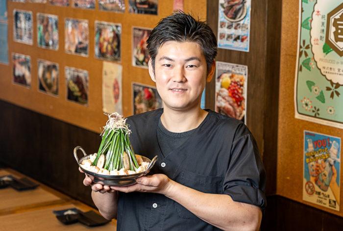 """当店と言えば、やはり存在感抜群の""""ニラタワーもつ鍋""""です。スープは、王道のあっさり味噌・白いこってり味噌・キムチ・魚介系醤油の4種から選べ、もつのプリプリ食感と脂の甘みは日本の国産和牛もつならでは。こちらの白味噌スープは野菜によく染み、やみつきになること間違いなしです!"""
