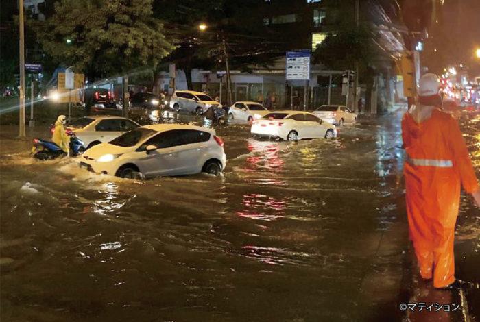毎年、雨季になるとバンコクとその周辺エリアにおける道路冠水が、まるで風物詩のようになっている。