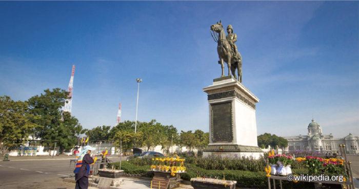 毎年10月23日は、「チュラロンコーン大王記念日(ワン・ピヤマハラート)」と呼ばれる国民の祝日です。ラマ5世ことチュラロンコーン大王(1868〜1910年10月23日)は、42年の在位期間中に数々の「チャクリー改革」に着手。