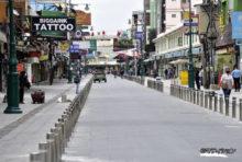 ピーク時には1日4〜5万人の観光客が訪問。飲食店やマッサージ、ゲストハウスなどサービス業態が密集するタイ随一の繁華街・カオサン通りだが、新型コロナウイルス(COVID-19)の煽りが直撃し、通りから人が消えていた。