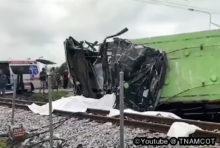 クルマと列車が交差する踏切での事故は、数が少ないとはいえ、起きてしまうと重大な事態となる。  11日8時5分頃、チャチューンサオ県ムアン郡クロンクェーンクラン駅近くの踏切で、乗客60人を乗せたバスが列車と衝突する事故が発生した。