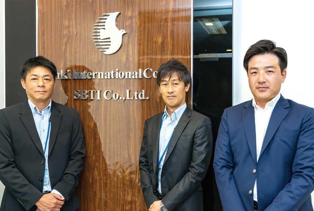 (左から)垣内雅人ディレクター、三木公仁マネージングディレクター、丹生雅也マネージャー