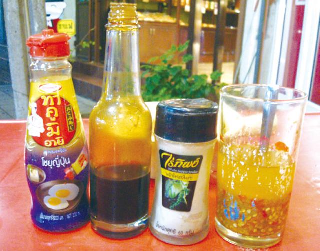 多彩な調味料でお好みの味に。おすすめはジックショウ(左から2本目)。