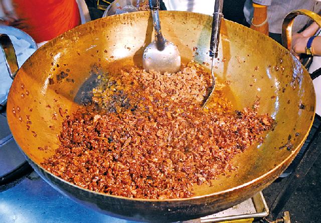 シャイポーは真鍮の大きな鍋で炒めるのが定番