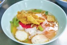 旧市街に香り立つ伝説の赤いスープ