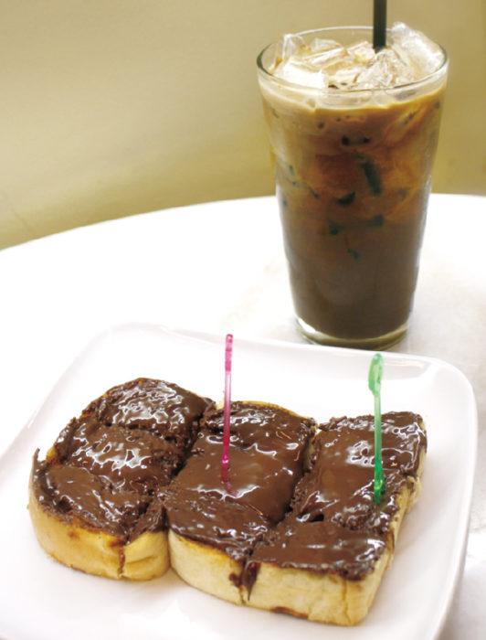 本格的なタイコーヒーとチョコトーストは大人気