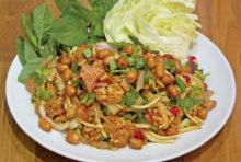 タイ風ソーセージの具だくさんサラダ