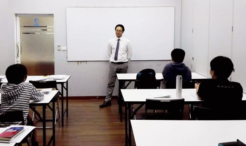 ベテラン講師陣が生徒の力を引き出しながら授業を行う