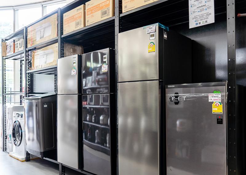 冷蔵庫などの大型製品も多数陳列されている