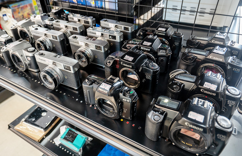 旧型のカメラも多数扱う。品物も入れ替わりが早いので時々チェックしたい
