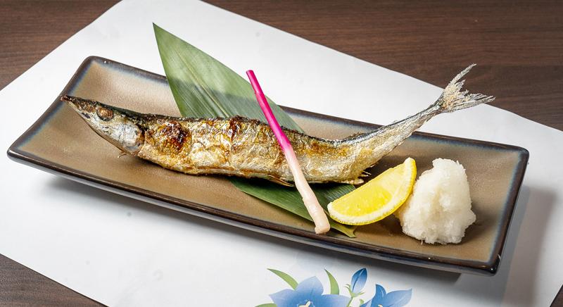 【秋刀魚塩焼き 120B(1尾)】新鮮な秋刀魚を串焼きにしてくれる。2尾目からは50Bと超お得!