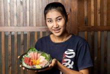 毎週、日本から直送される魚介類はどれも新鮮さが最大の売り。その中でも「本鮪3種盛り」は人気メニューです。厚切りの赤身、中トロ、大トロが織りなす本マグロならではのハーモニー。コスパ抜群の価格でご提供しているので、ぜひ召し上がってみてください。