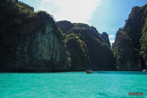 アンダマン海。このインド洋の縁海の周囲には約1200kmの海岸線があり、約80万㎢の海面が広がる。その南東部に位置するタイのエリアには、世界中から観光客が訪れる観光スポットが点在している。