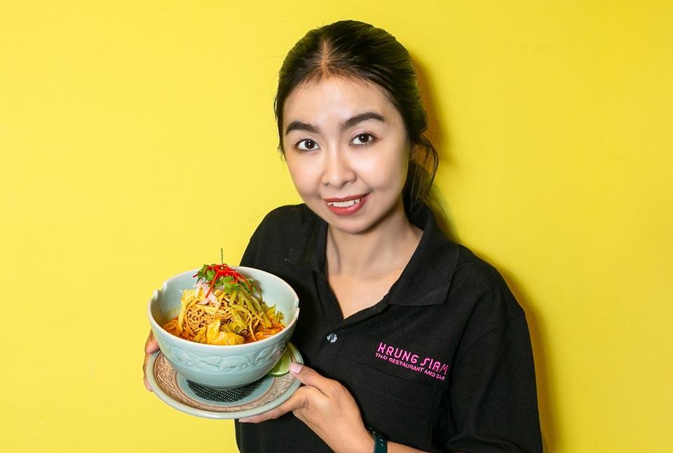 タイ北部のチェンマイで最も有名な料理と言ってもいいのが「カオソイ」。当店ではダシの旨みとカレーの風味のバランスに気を使い、どなたでも食べやすくしています。他にもタイの料理の定番をたくさんご用意していますので、ぜひご来店ください。