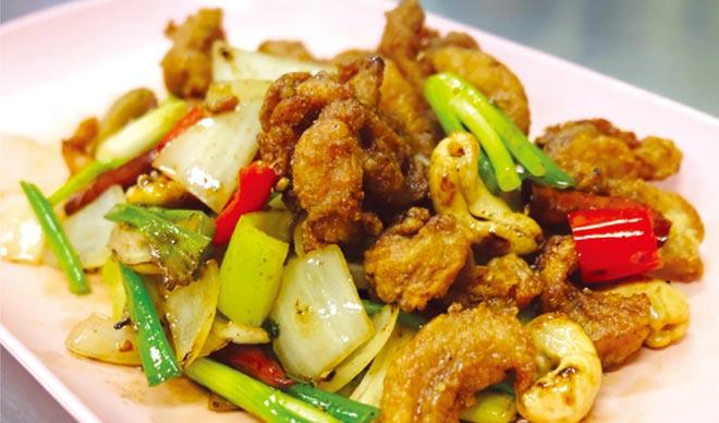 鶏肉とカシューナッツの炒めもの ・・・ 100B