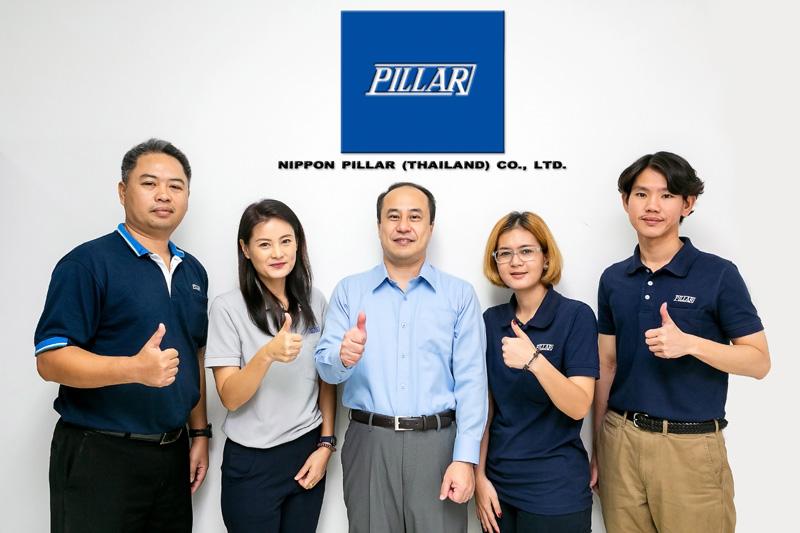 Sakakura, MD. (กลาง) และพนักงานของเราที่ใส่ใจบริการลูกค้าได้อย่างยอดเยี่ยมไร้ที่ติ