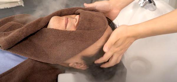 頭皮スパ(約20分間) プロの施術開始。ナノ粒子のミストシャワーで汚れを浮かしてから、しっかりと除去。その後、現状の頭皮に足りない栄養を与えて、健康な頭皮づくりへとつなげていきます。
