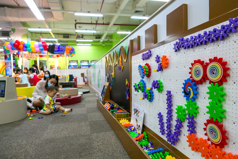 ブロックや塗り絵で想像力や器用さを育みます