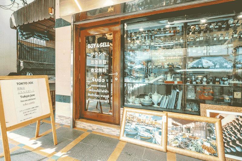 不用品買い取りセンターは、シックな雰囲気の入り口が目印