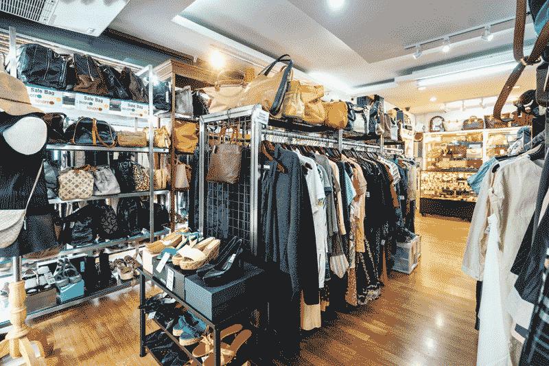 充実の品揃え。服やバッグ類もたくさん陳列されている