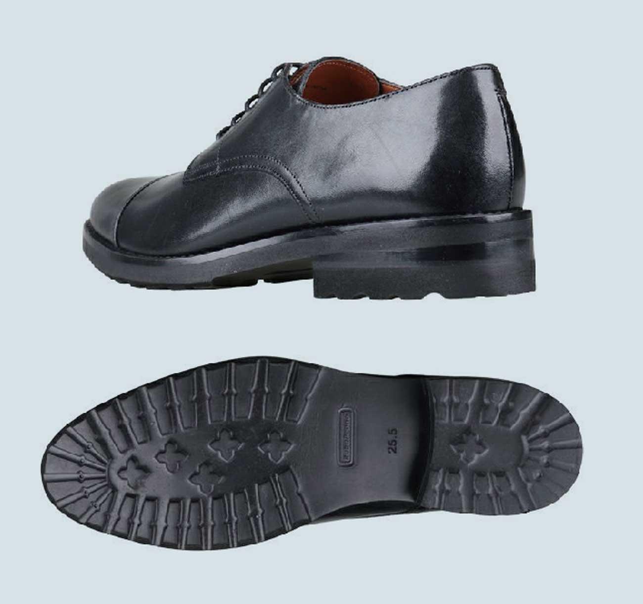 登山靴のような靴底のパターン。見た目よりも軽量で歩きやすい