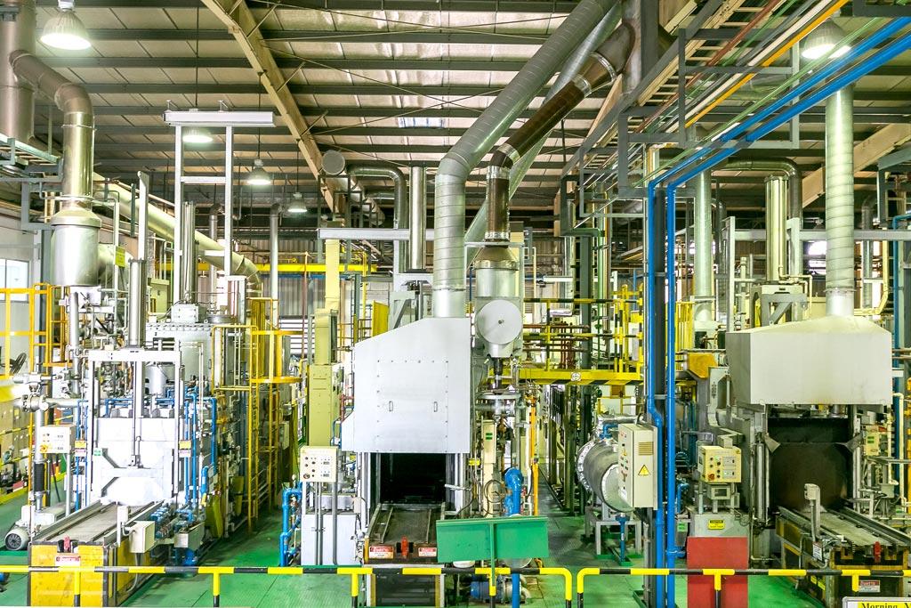 工場内には生産量や各々の用途に応じた熱処理ラインを完備。多様な顧客ニーズに応える