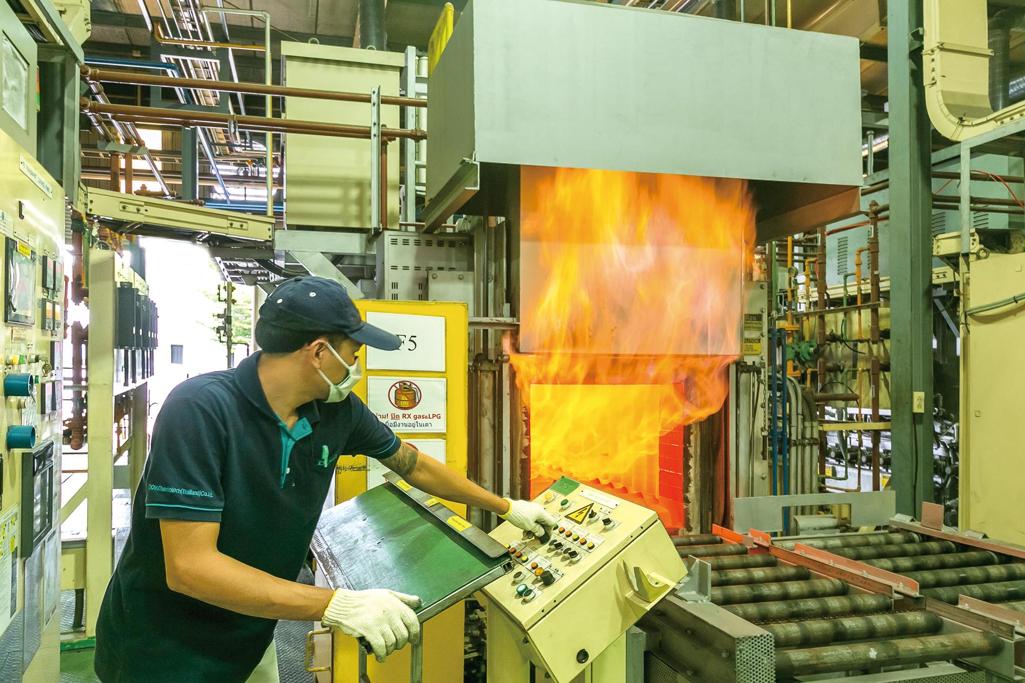 表面改質を施すことで、金属部品の耐久性を引き出す浸炭処理を得意とする。同社では均一加熱・浸炭・冷却性に優れた「TKMシリーズ熱処理炉」「2トレイ型熱処理炉」などを導入