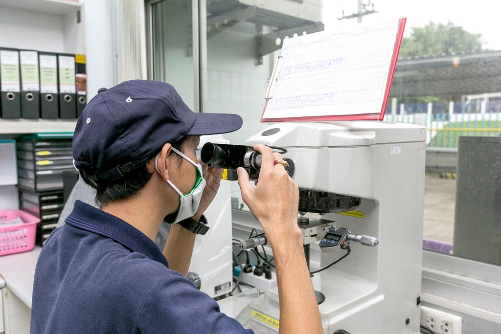 """工場内の検査室には、硬さを測定する「マイクロビッカース」「デジタルロックウェル」など精密検査機器を配置。日本国内と遜色のない""""世界同一品質""""に向け、徹底した品質管理を行う"""