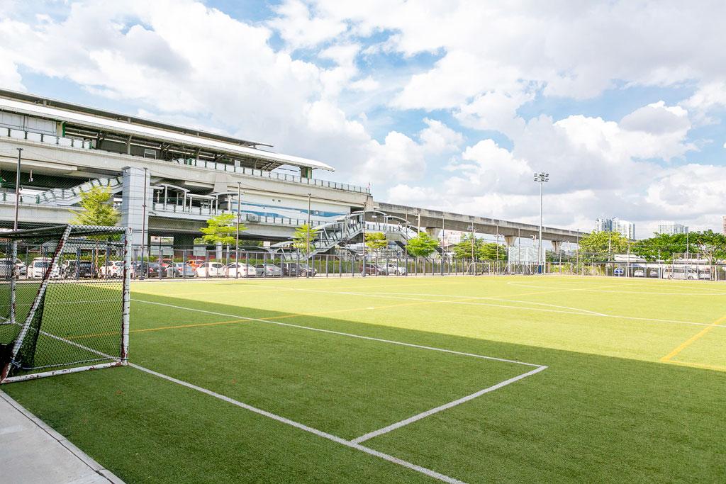 広大なキャンパスにはサッカー用のピッチも - St. Andrews International School Sukhumvit 107
