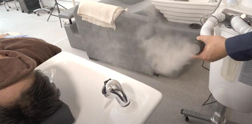 頭皮の毛穴を専用のナノ粒子ミストでゆっくりと広げ、毎日のシャンプーで取りきれない汚れを取りやすく汚れのみを浮き上がらせます。