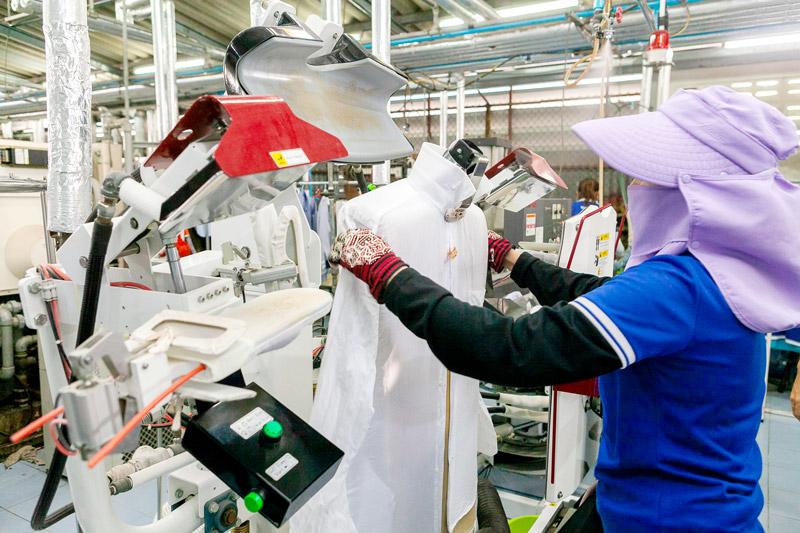 ワイシャツのアイロンの第一工程は専用の機械で行われる - KIKUYA THAILAND CO., LTD.