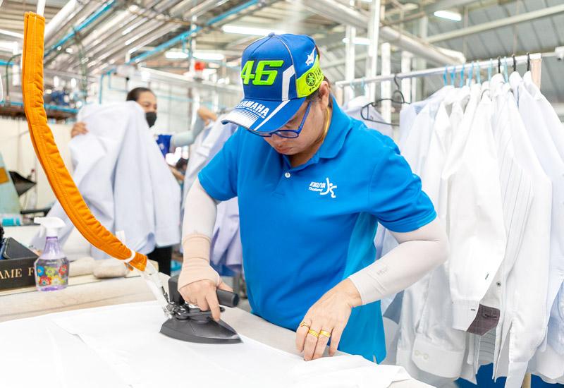 シャツのアイロンがけの仕上げは手作業による - KIKUYA THAILAND CO., LTD.