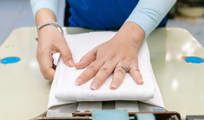 仕上がったものの折りたたみとパッキングも手作業 - KIKUYA THAILAND CO., LTD.